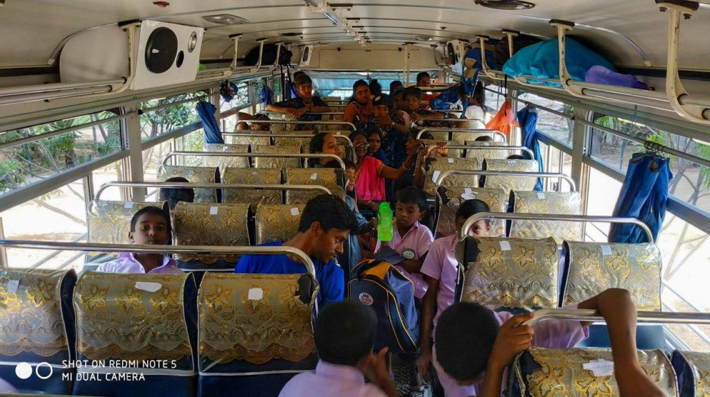 kinderen in de bus