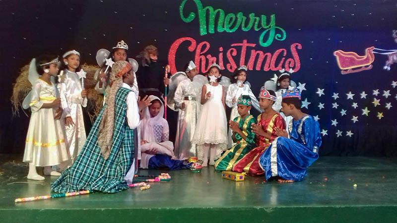 kinderen spelen het kerstverhaal