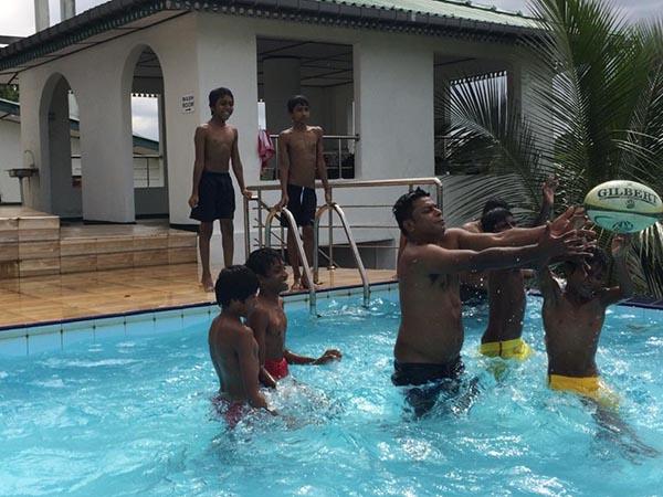 jongens in het zwembad