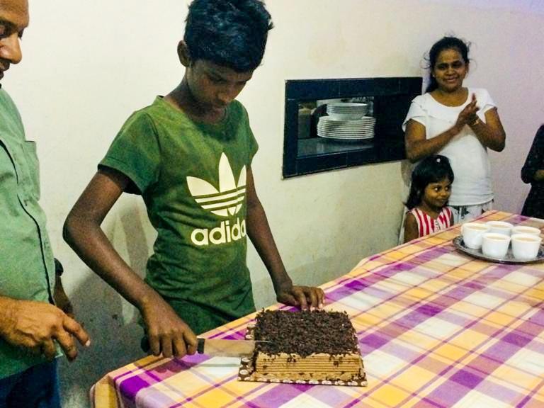 Krishantha is jarig en snijdt de taart aan