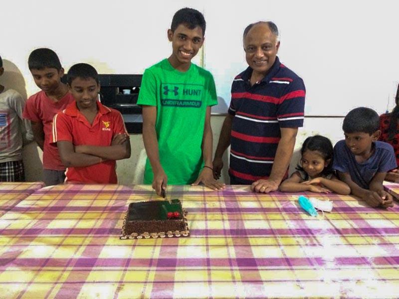 taart aansnijden op je verjaardag