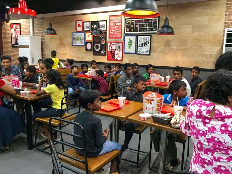 kinderen uit eten bij kfc